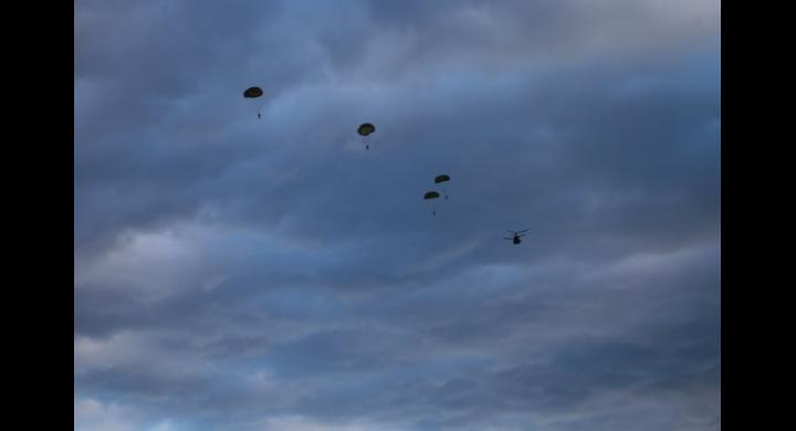 Ο αρχηγός ΓΕΕΘΑ έκανε άλμα από ελικόπτερο μαζί με τα «βατράχια» – Εντυπωσιακές εικόνες