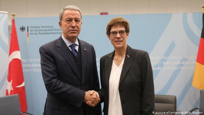 Συνάντηση Ακάρ με Κραμπ-Καρενμπάουερ στο Βερολίνο
