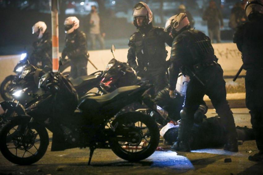 Νέα Σμύρνη: Σφοδρές συγκρούσεις, τραυματίας αστυνομικός