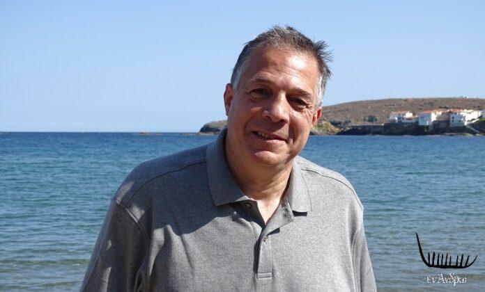 Ο Ελληνοαμερικανός πολιτικός Λου Ραπτάκης στον τόπο καταγωγής του, την Άνδρο