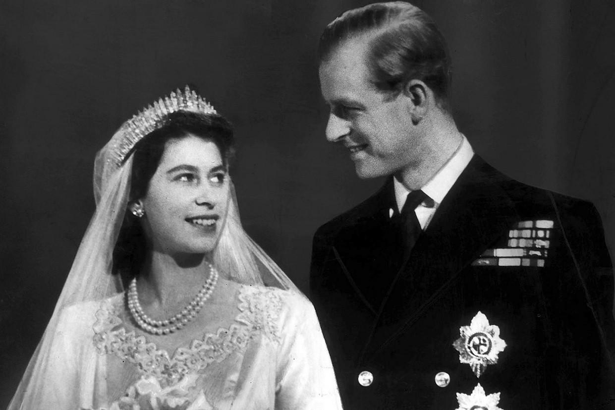 Σαν σήμερα η βασίλισσα Ελισάβετ παντρεύεται τον πρίγκιπα Φίλιππο – Η ρομαντική ιστορία αγάπης | mononews